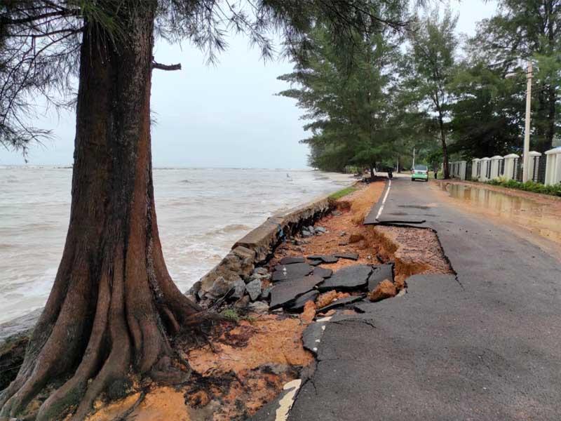 Air Laut Pasang, Jalan dan Sejumlah Warung di Pasir Padi Terendam