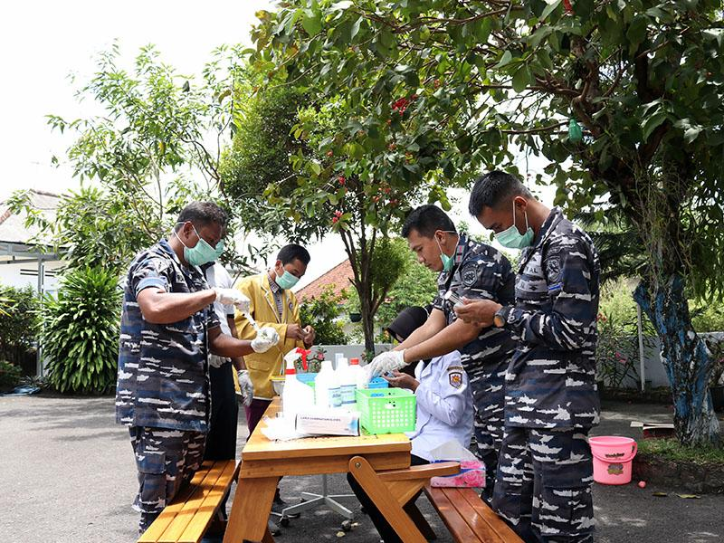 APD Langka Dipasaran, Dokter Lanal Babel Racik Hand Sanitizer Standar Medis
