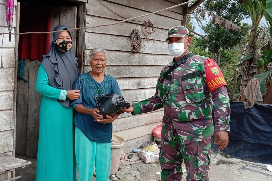 Babinsa Bukit Layang bersama Ibu Persit Ranting 07/Sungailiat Bagi Sembako di Jum'at Berkah