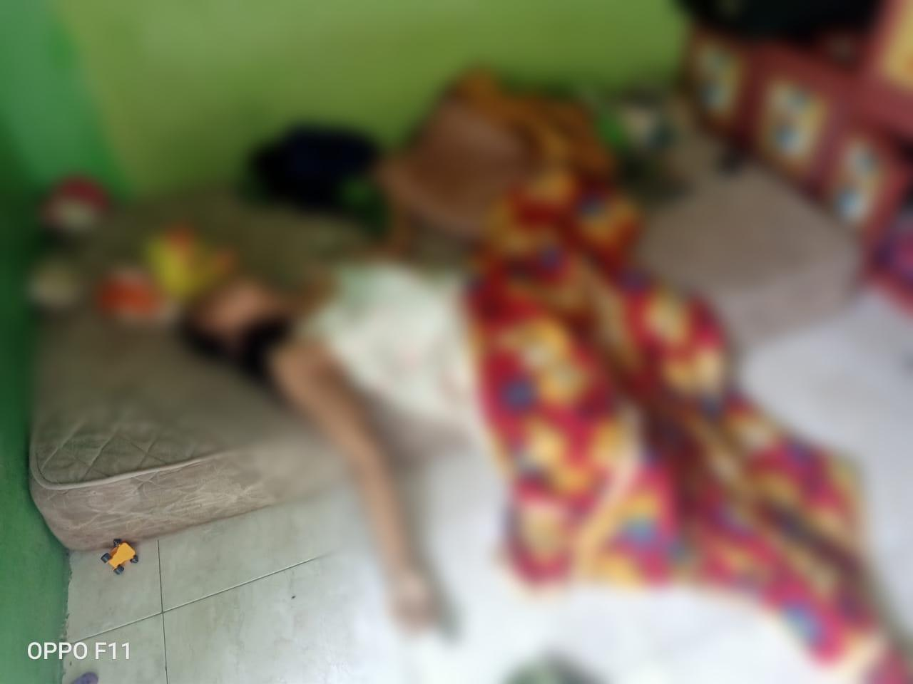Balita Ini Terus Menangis Disamping Mayat Ibunya, Memancing Kedatangan Tetangga