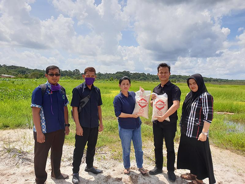Bersama Rudianto Tjen, Rina Tarol Borong Beras Rias untuk Warga