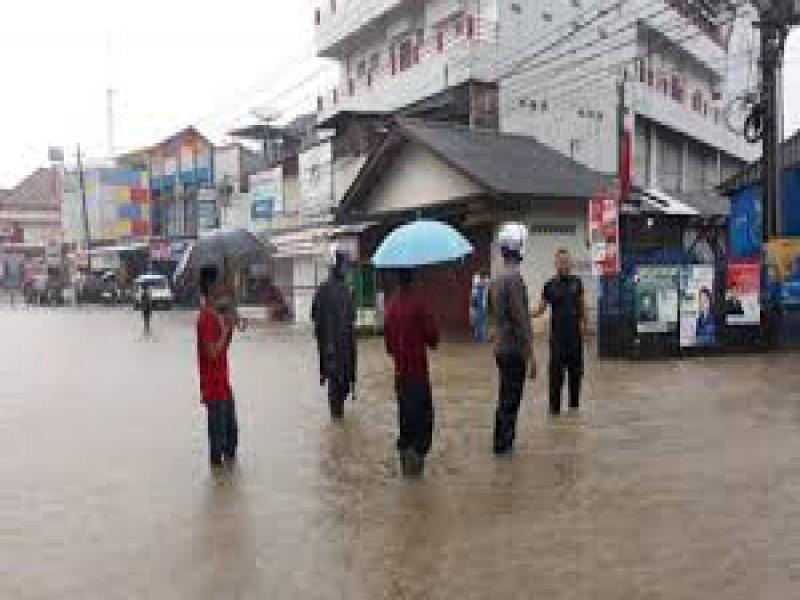 BPBD Bersama Komunitas Babel Peduli akan Gotong-Royong Bersihkan Lingkungan di Daerah Rawan Banjir