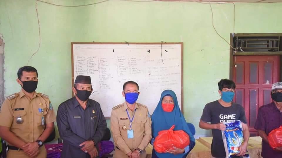 Bupati Bangka Bersama Ketua DPRD Bangka Salurkan Sembako dan Masker di Desa Maras Senang