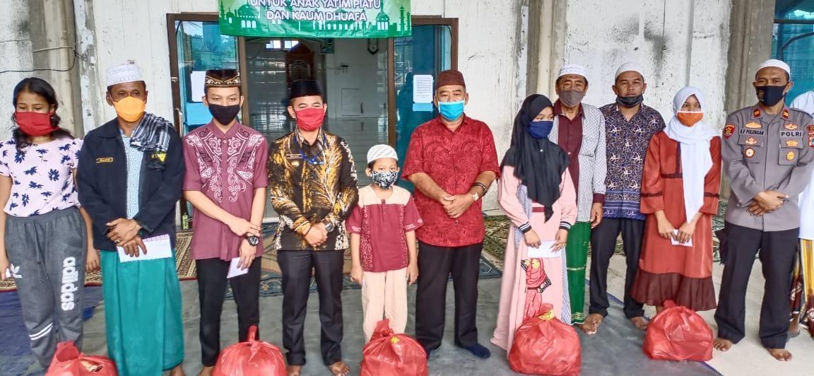 Bupati Bangka Bersama Yayasan Daarusallam Serahkan Bantuan Kepada Fakir Miskin dan Yatim Piatu Terdampak Covid-19