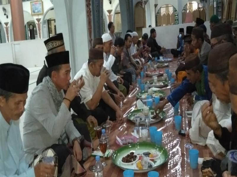 Bupati Bangka Buka Puasa Pertama Bersama Jamaah Masjid Agung Sungailiat