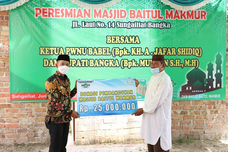 Bupati Bangka Serahkan Bantuan Rp 25 Juta ke Pengurus Masjid Baitul Makmur