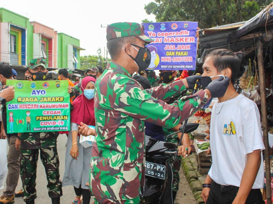 Danrem 045/Garuda Jaya Turun ke Pasar Ingatkan Protkes Covid-19