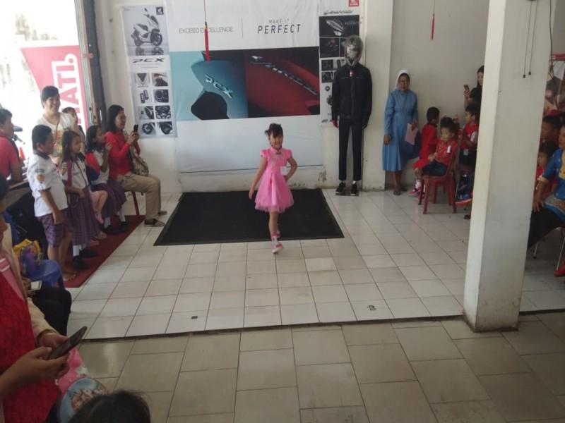 Dealer ASP Toboali Gelar Showroom Event Lomba Fashion Show Tingkat TK