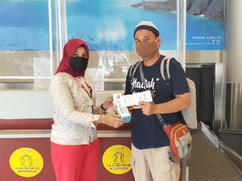 Dorong Kesadaran Protokol Kesehatan, Sriwijaya Air Group Bagikan Healthy Kit kepada Penumpang