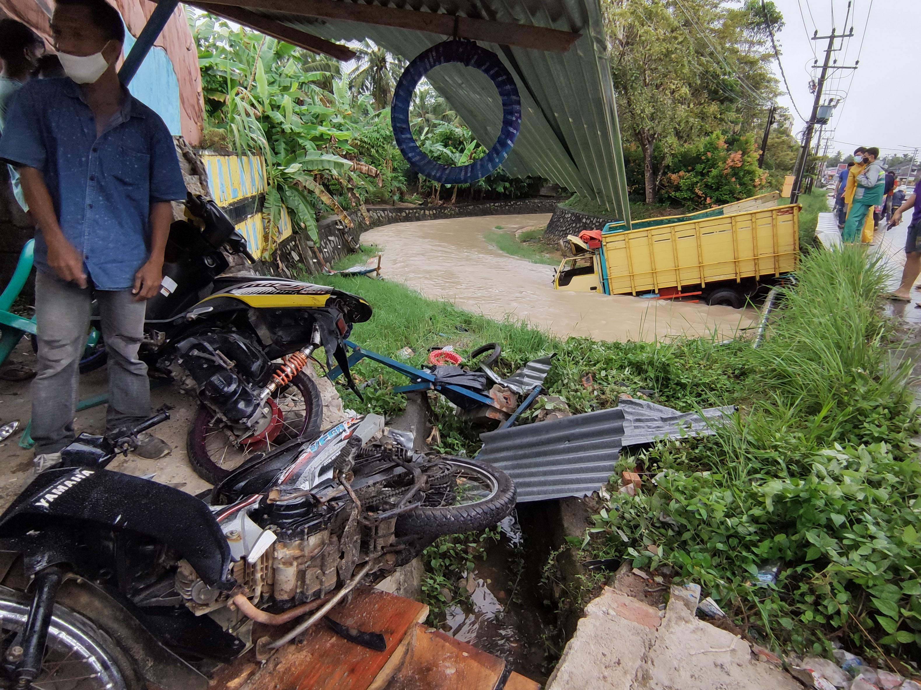 FOTO: Truk Tabrak Bengkel Lalu Terjun ke Sungai di Sungailiat