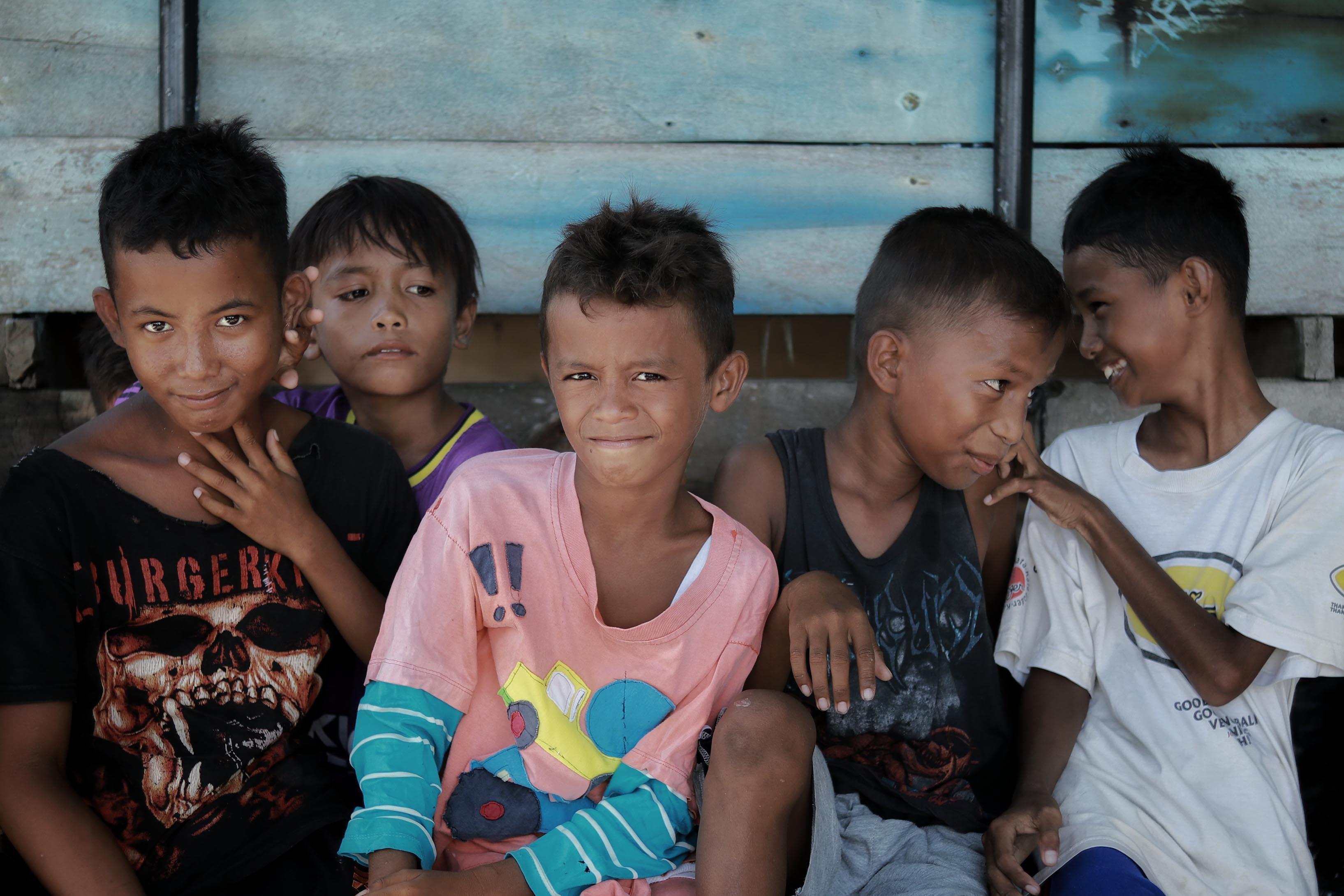 FOTO Warga Pulau Semujur Dapat Bantuan Pengobatan Gratis dari Brimob Polda Babel