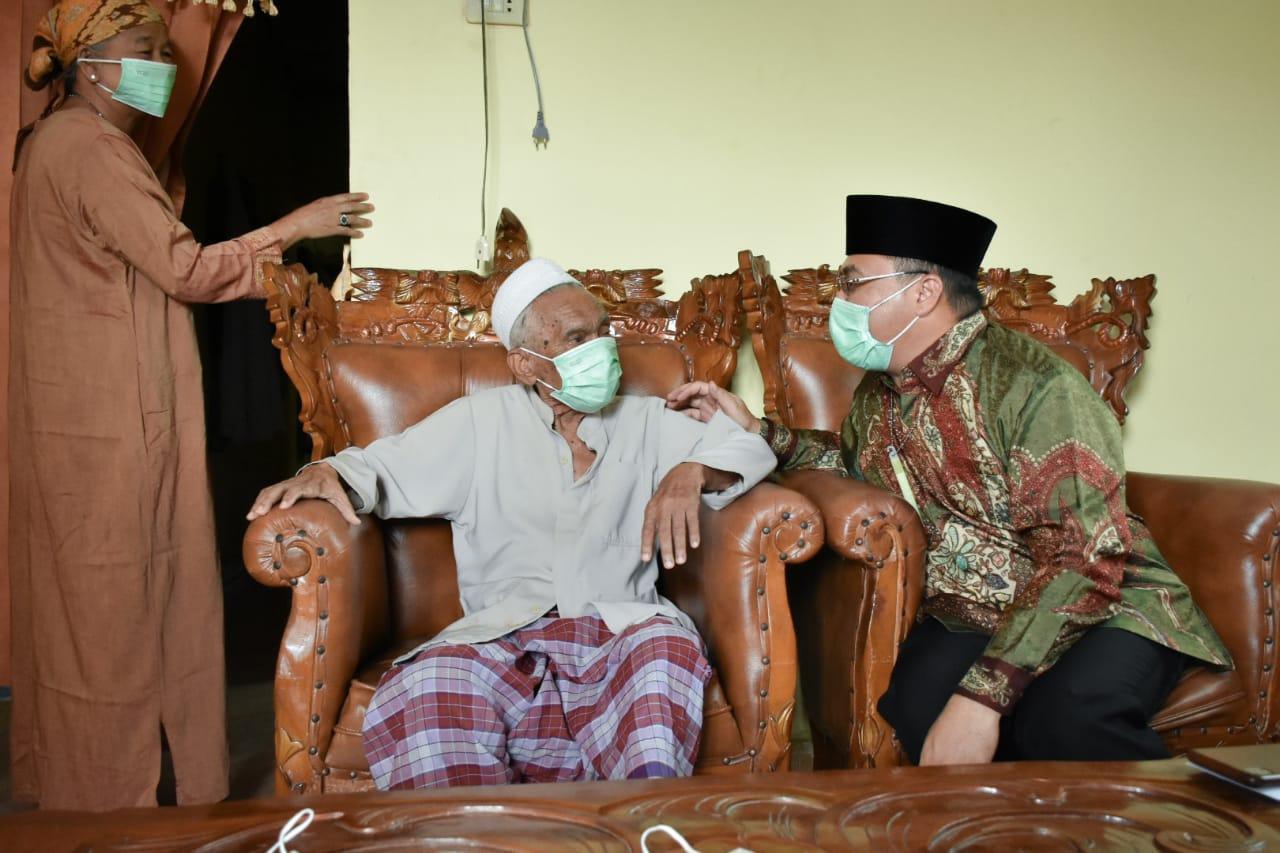 Gubernur Babel Kunjungi KH Usman Fathan, Erzaldi: Doa Ulama Diijabah Allah