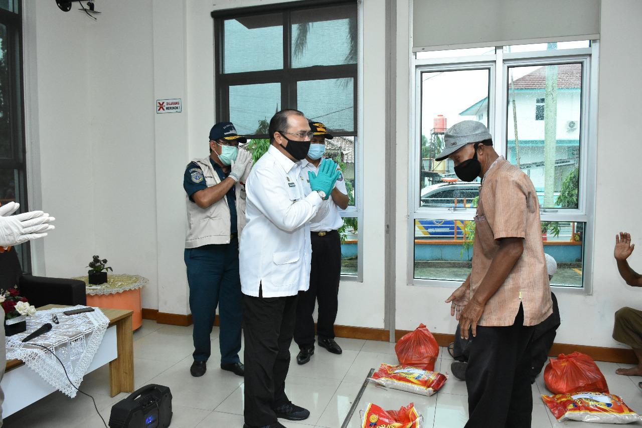 Gubernur Erzaldi Bagikan Paket Sembako Pada TKBM dan Buruh di Lingkungan Pelabuhan