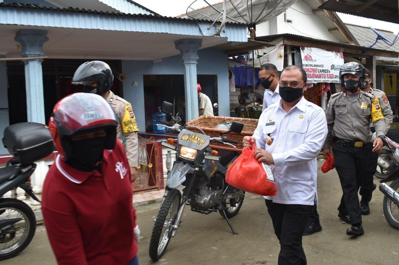 Gubernur Erzaldi Lanjutkan Pembagian Sembako dengan Mengendarai Sepeda Motor