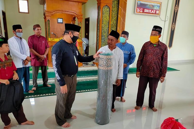 Gubernur Erzaldi Serahkan Bantuan ke Masjid Baiturrahman Desa Rias