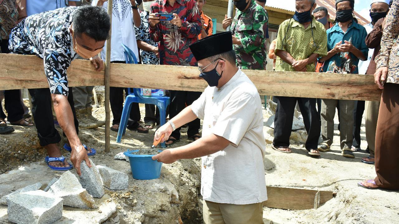 Gubernur Erzaldi Serahkan Bantuan untuk Pembangunan Masjid Nurul Yaqin Desa Labu