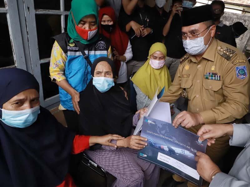 Gubernur Erzaldi Serahkan Santuan Jasa Raharja ke Keluarga Korban Sriwijaya Air SJ-182