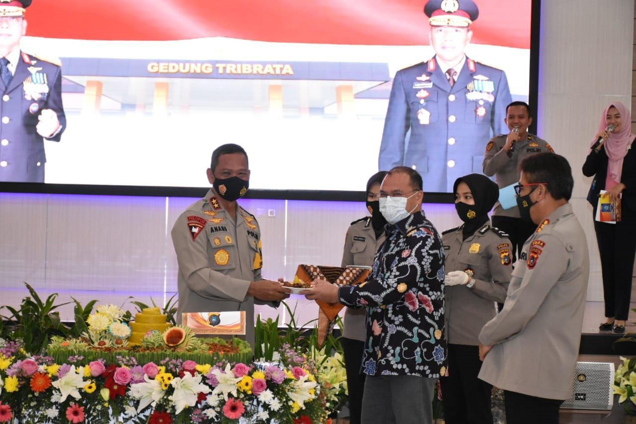 Gubernur Erzaldi Terima Pin Emas Kehormatan dari Kapolri