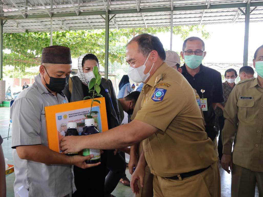 Gubernur Serahkan Bantuan Bibit Lada Sekaligus Tinjau Vaksinasi Covid-19 Warga Bencah