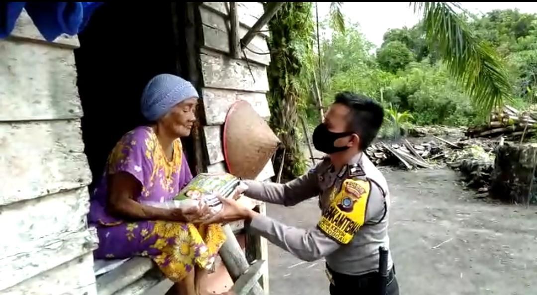 Habiskan Uang Tunjangan, Polisi Berpangkat Briptu Ini Bagikan 300 Kg Beras Bantu Warga
