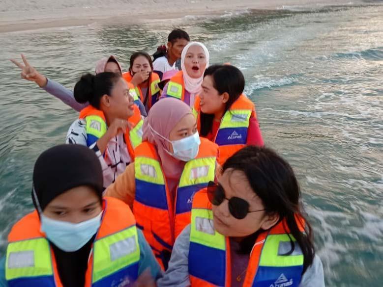 Hanya 10 Ribu Rupiah Bisa Naik Perahu Keliling Pantai Lubuk Laut