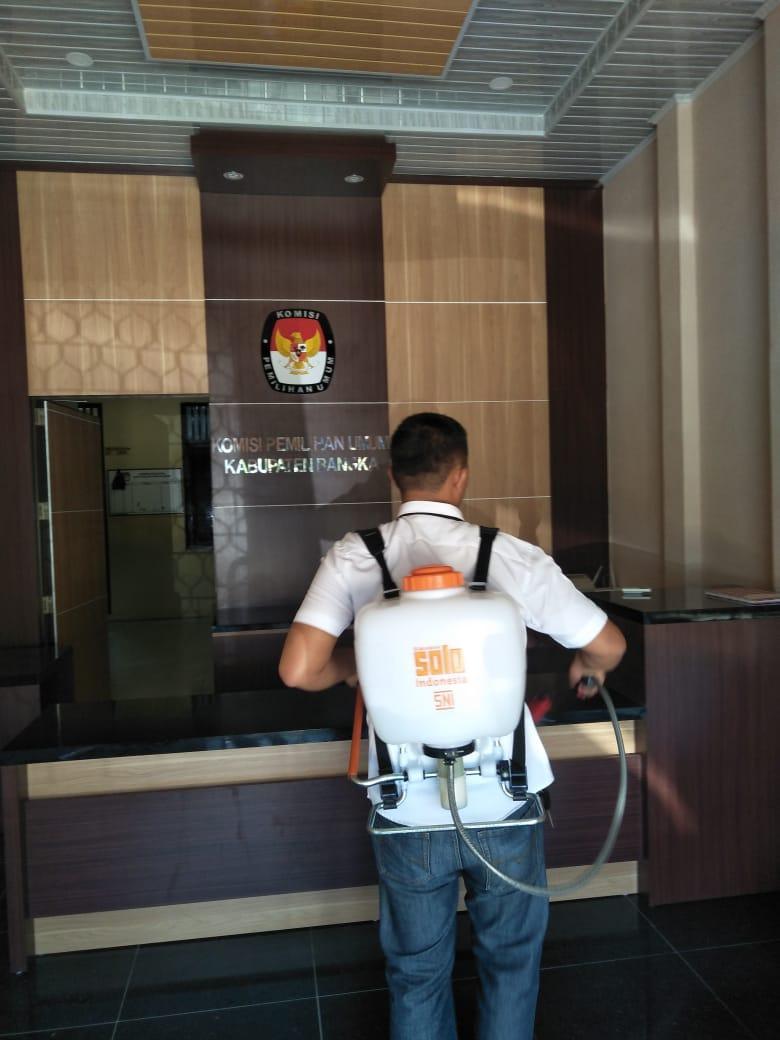 Ikut Cegah Penyebaran Corona, KPU Bangka Semprotkan Disinfektan di Lingkungan Kantor KPU