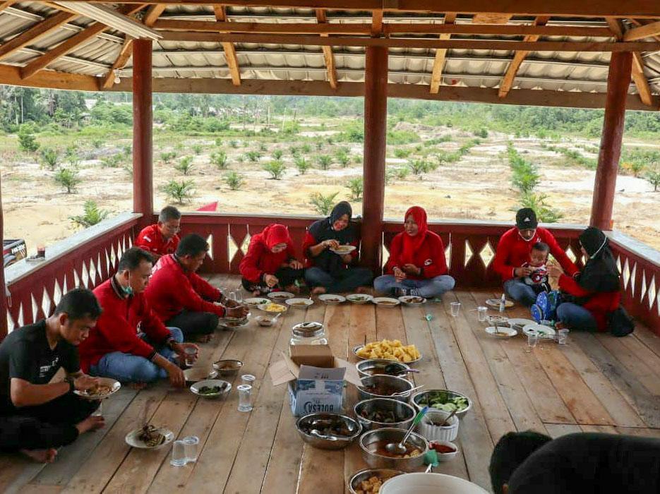 Jalin Keakraban, Ketua DPC PDI Perjuangan Bangka Makan Bersama dengan Pengurus