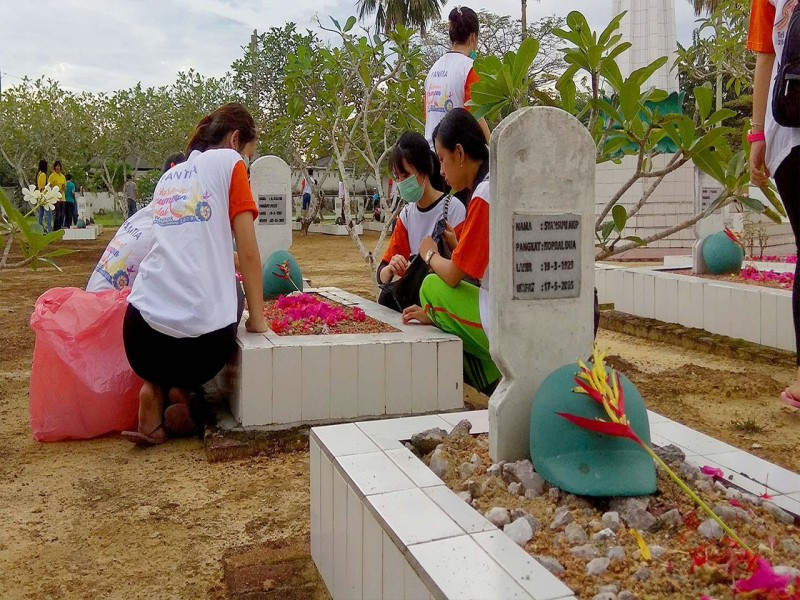 Jelang Waisak, Muda Mudi Umat Budha Bersihkan Makam Pahlawan
