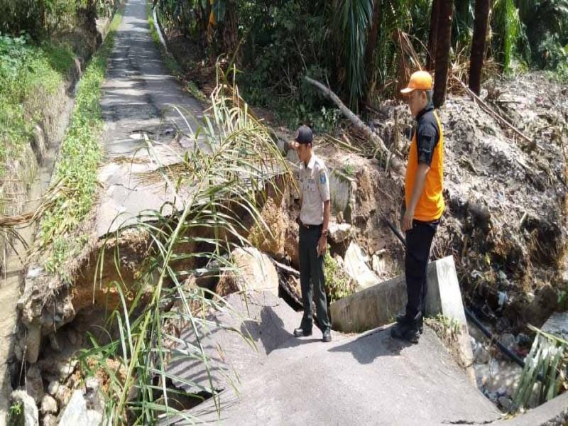 Jembatan Perlang Roboh Dihantam Banjir, Akses ke Dusun Sadap Terputus