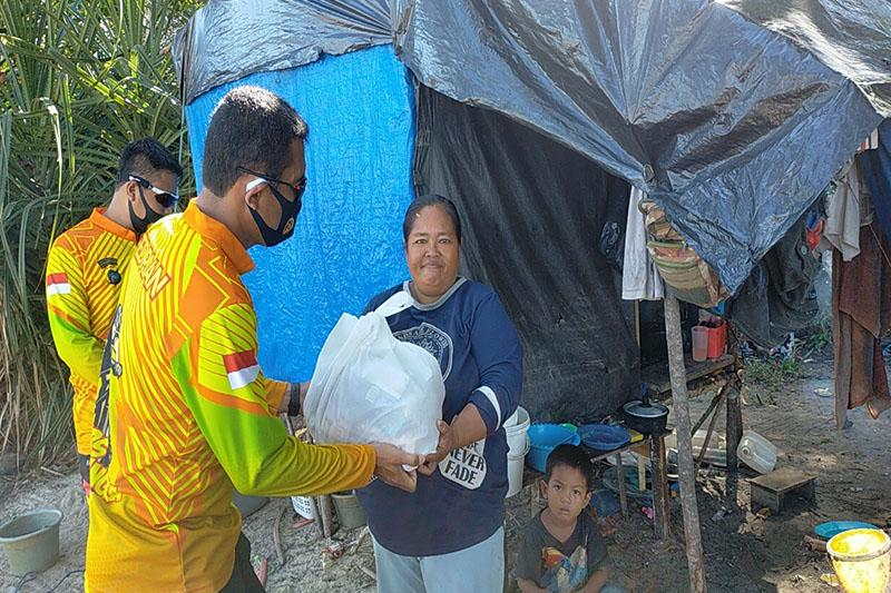 Kapolres Bangka Barat Beri Bantuan untuk Nelayan yang Terdampak Covid-19