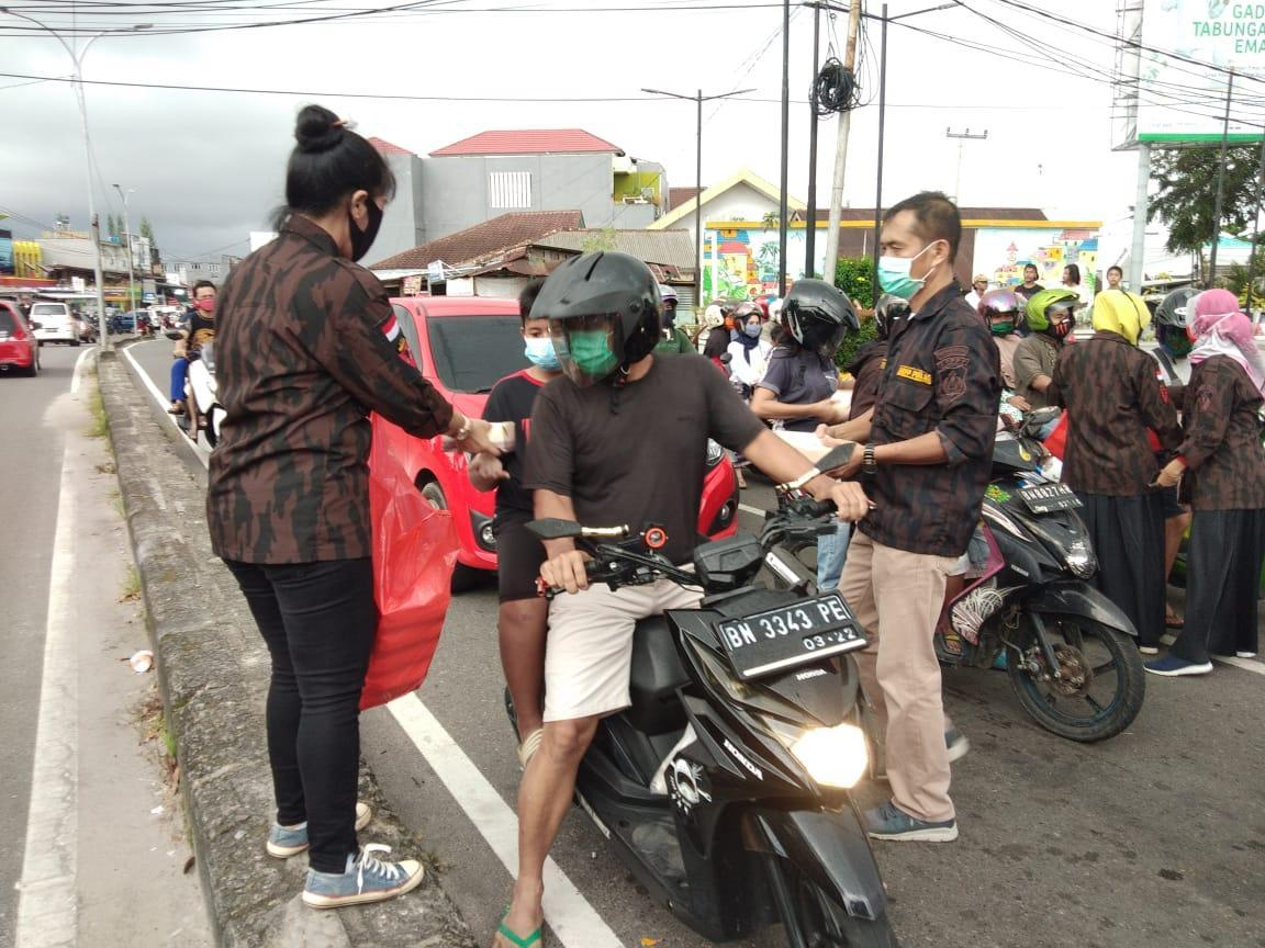 KBPP Polri Bagikan 300 Paket Makanan Siap Saji