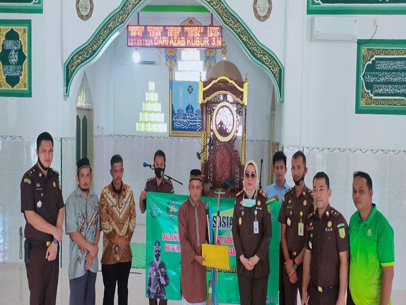 Kejari Basel Bantu Peralatan Kebersihan untuk Masjid