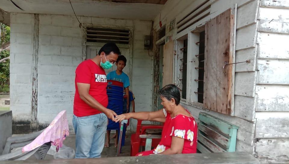 Ketua DPC PDIP Bateng H. Korari Salurkan Bantuan 8 Kursi Roda dan 23 Tongkat Kepada Warga Membutuhkan