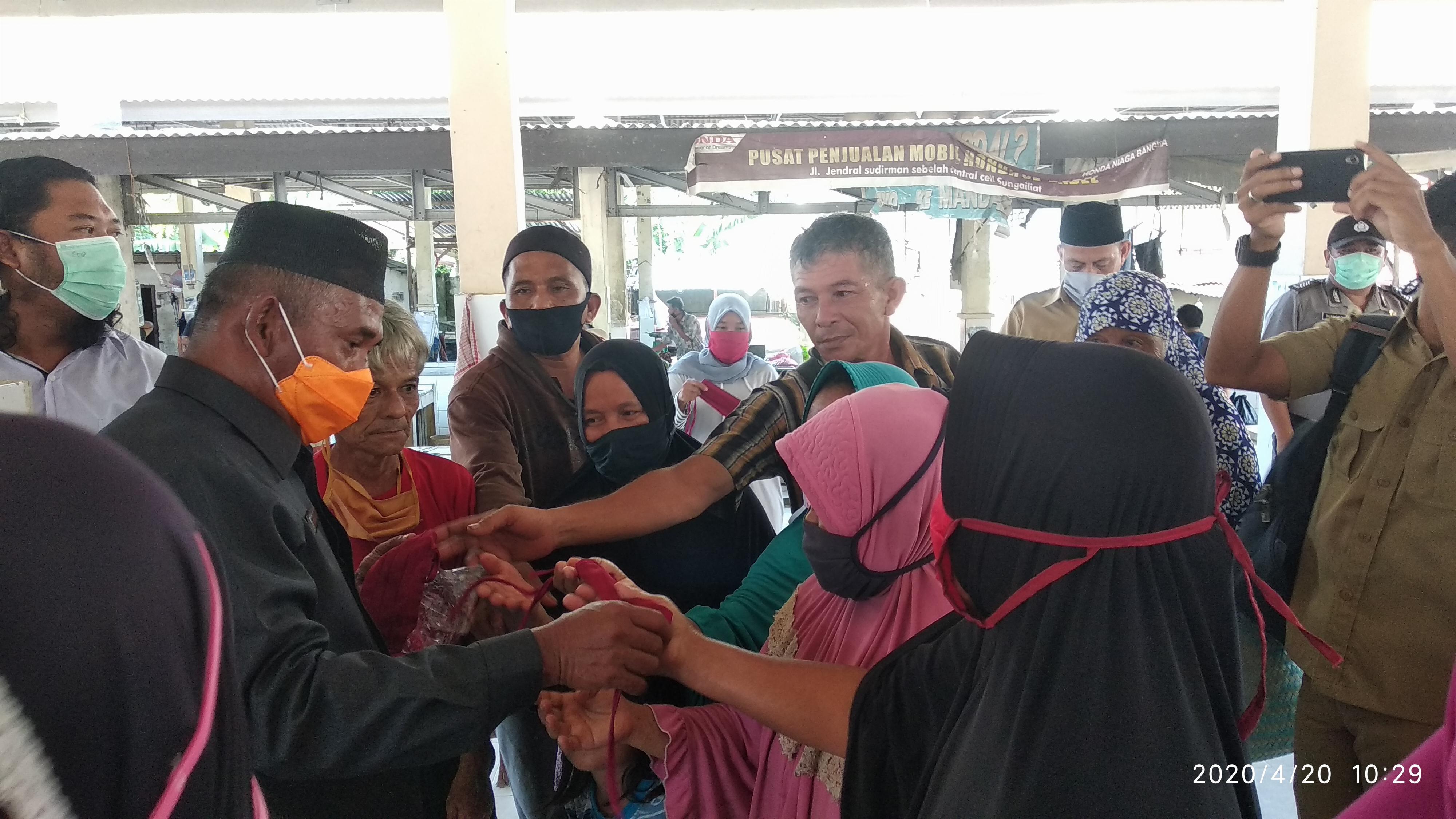 Ketua DPRD Bangka Bagikan 500 Masker Buatan Penjahit Lokal