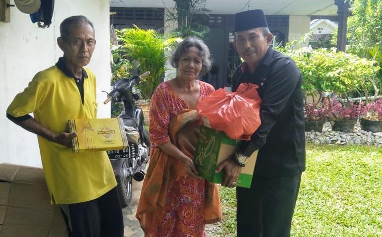 Ketua DPRD Bangka Bagikan Sembako dan Sarung untuk Warga di Tiga Desa