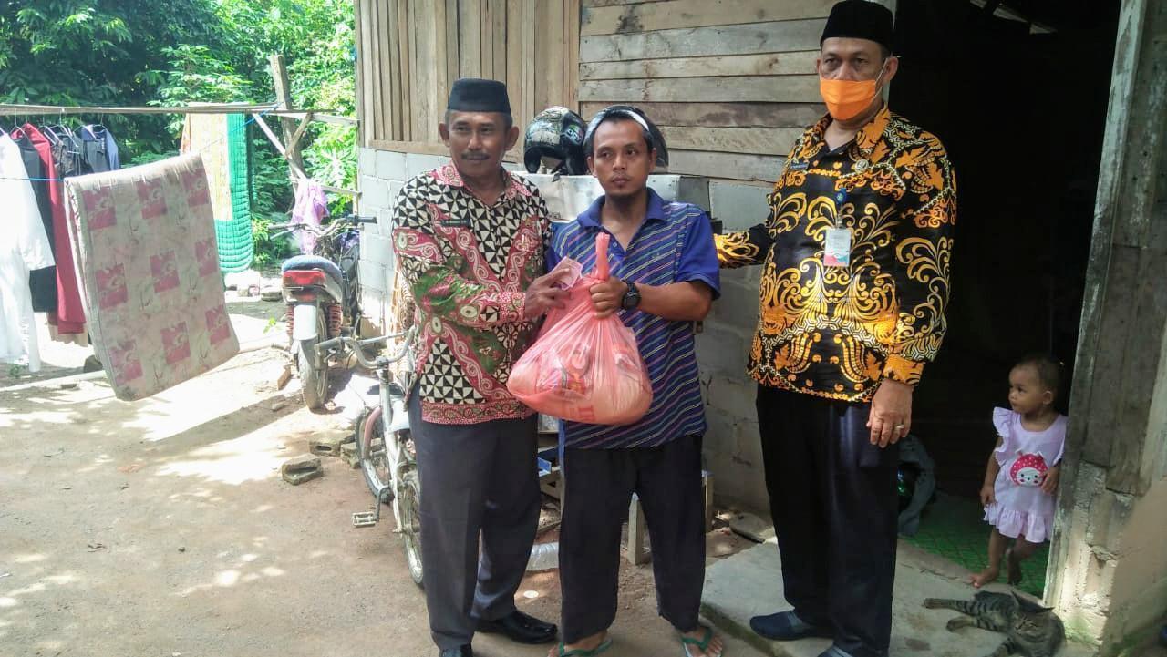 Ketua DPRD Kabupaten Bangka Bagikan Ratusan Paket Sembako Untuk Warga Terdampak Covid-19