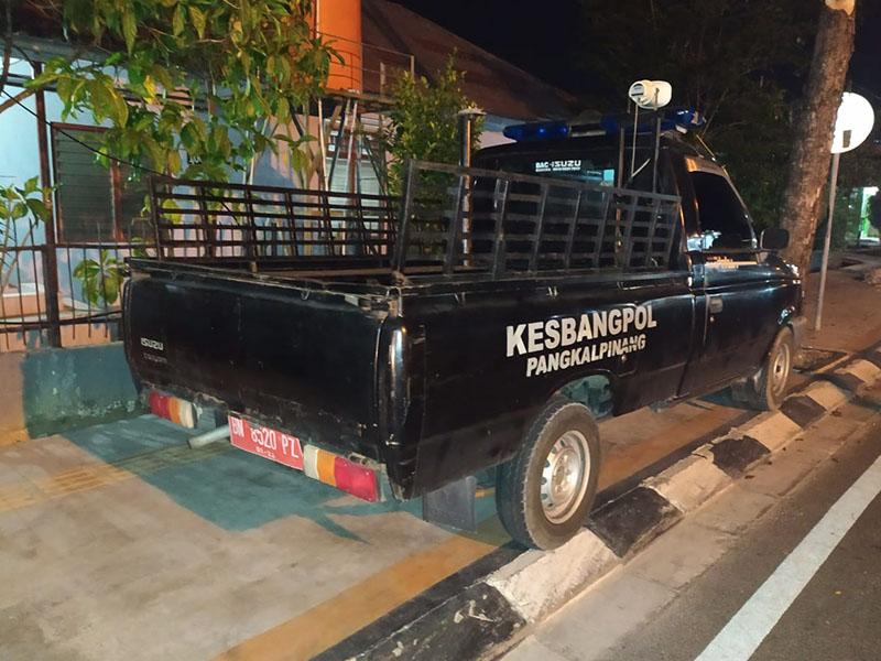 Langgar UU, Mobil Kesbangpol Pangkal Pinang, Nangkring di Atas Trotoar