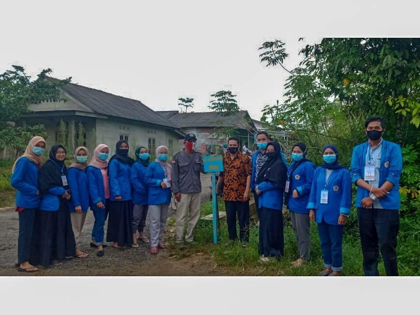 Mahasiswa KKN PGRI 2017 Buat dan Pasang 20 Plang Nama Jalan Desa Petaling