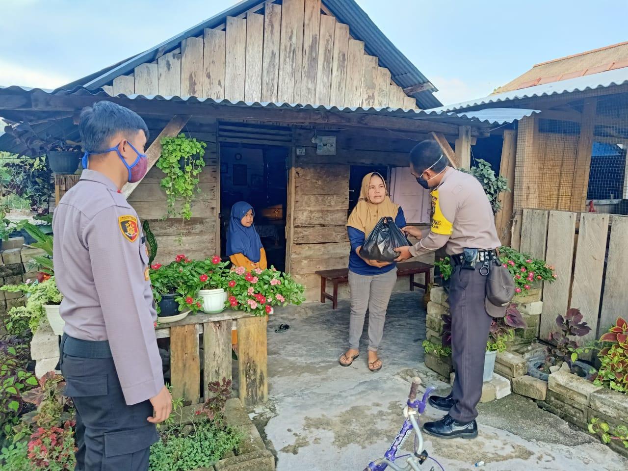 Melalui Polsek Lubuk Besar, Polda Babel Salurkan Bantuan Sosial Kepada Warga Dusun Sadap
