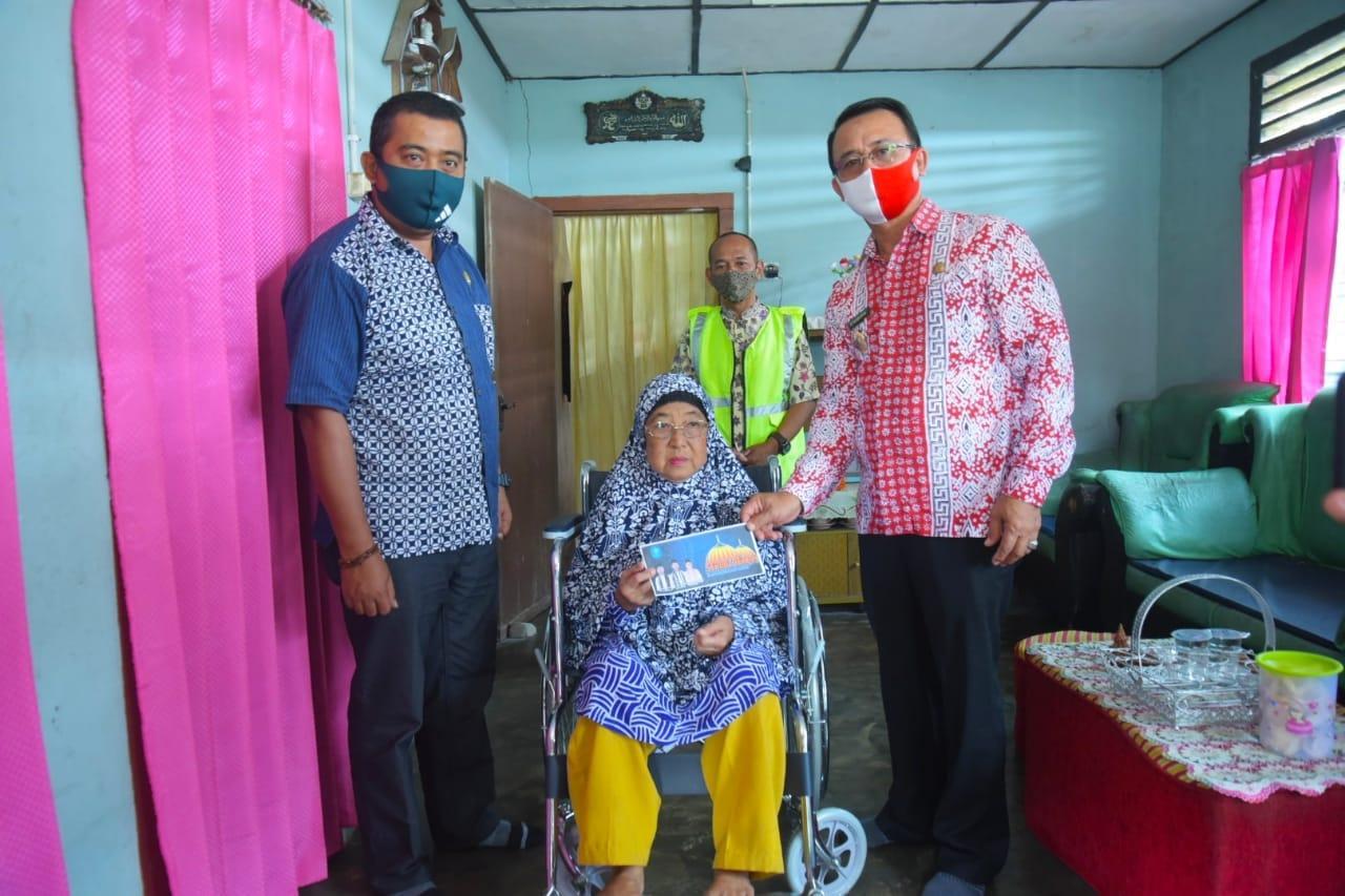 Melalui Program Serbu, Wakil Bupati Bangka Serahkan Bantuan Uang Dan Kursi Roda Kepada Rosmada