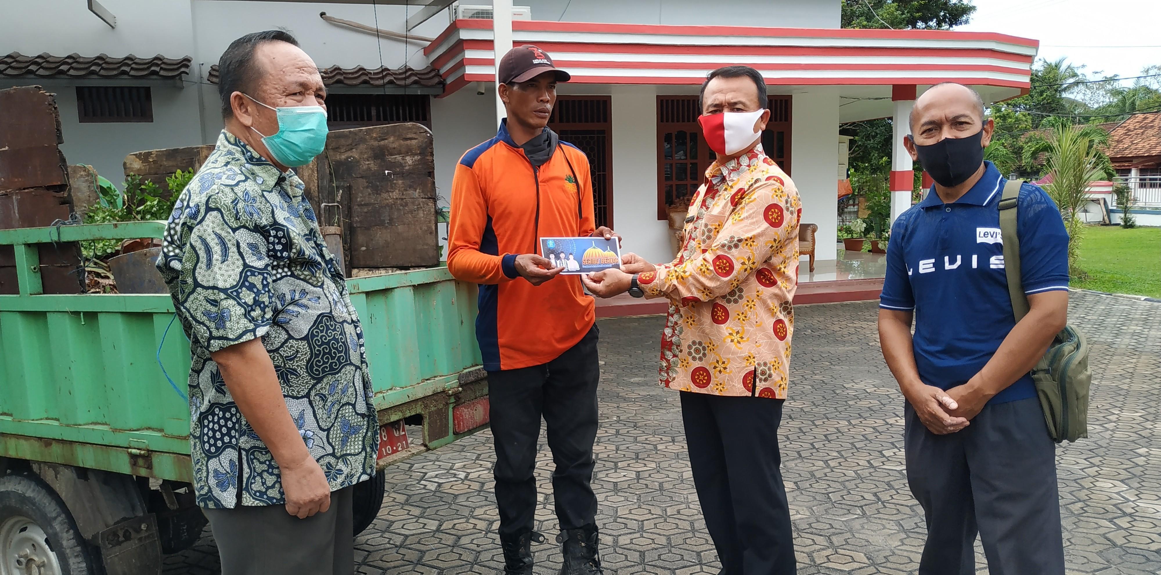 Menahan Rasa Haru Terima Bantuan Serbu, Karman Ucapkan Terima Kasih Kepada Wakil Bupati Bangka