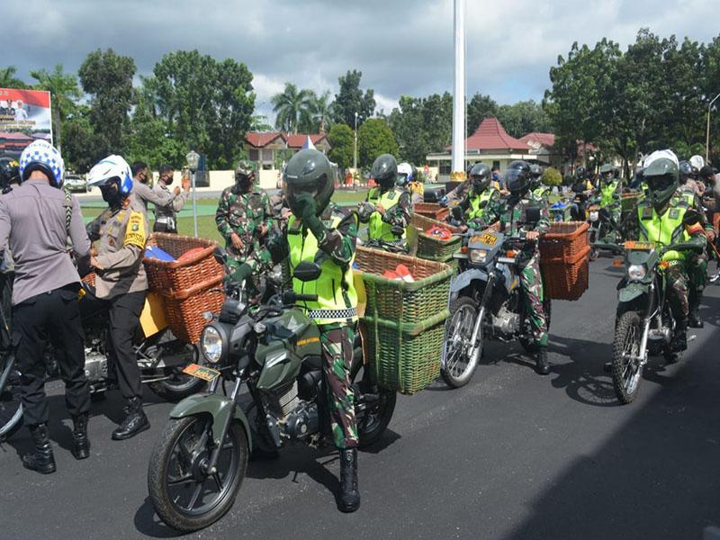 Pakai Sepeda Motor, Danrem 045/Gaya bersama Kapolda Babel Bagikan Sembako