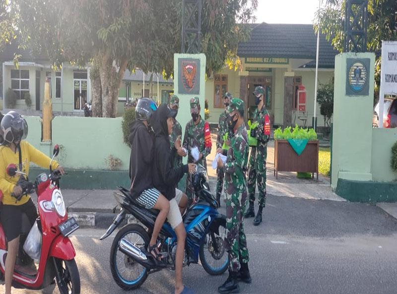 Pengendara Sepeda Motor di Toboali Dapat Berkah Ramadhan dari Koramil
