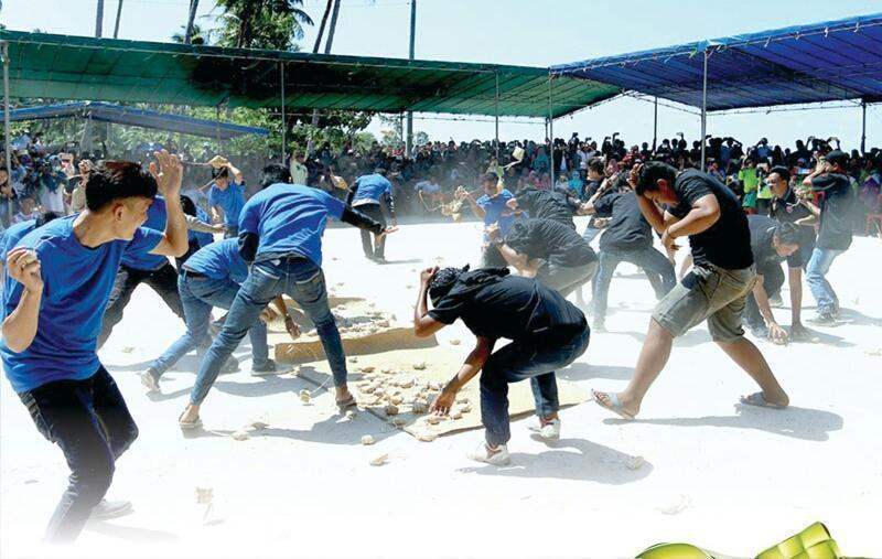 Perang Ketupat Dimasa Wabah Corona Ini, Masihkah Saling Lempar Ketupat?