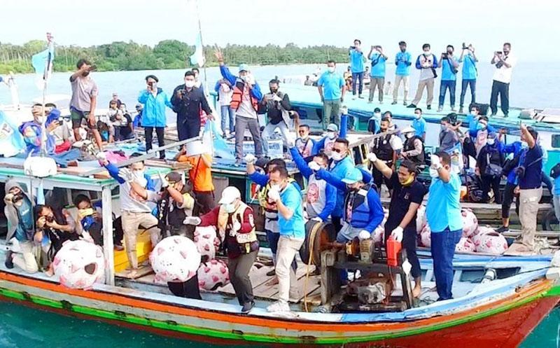"""Peringati Hari Sumpah Pemuda, KNPI Babel Tenggelamkan Kawanan """"Virus Corona"""" ke Laut Ketawai"""
