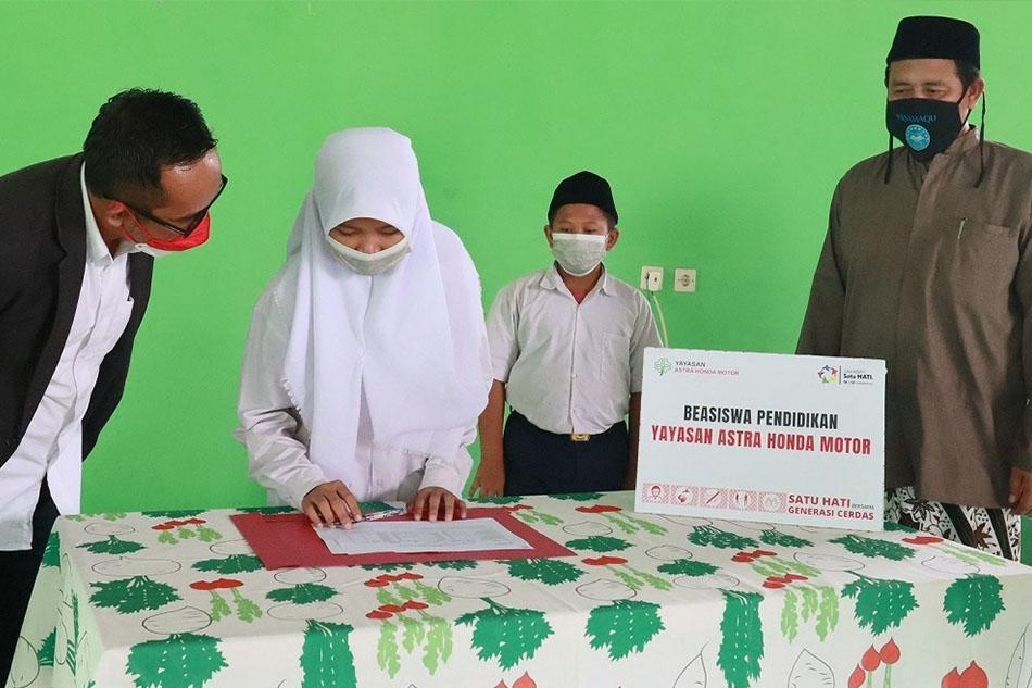 Peringati Sumpah Pemuda, Yayasan AHM Salurkan Ratusan Beasiswa Pendidikan