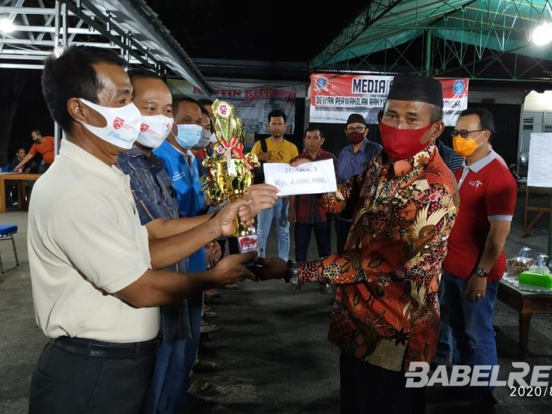 Ketua DPRD Kabupaten Bangka, Iskandar Sip saat menyerahkan hadiah kepada Juara 1 Turnamen Gaple yang diselenggarakan oleh Media Center dan Setwan DPRD Kabupaten Bangka.