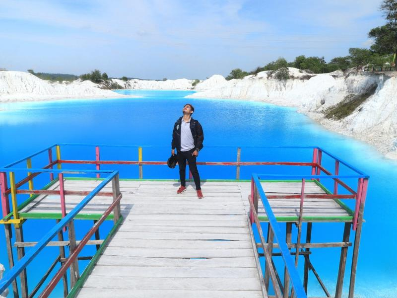 Airnya yang berwarna biru mencolok dan pasir kuarsa putih memberikan sensasi tersendiri bagi para pengunjung.