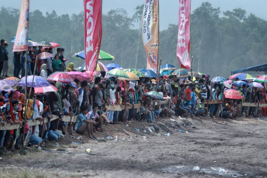 Antusias warga menyaksikan ratusan Para Crosser beraksi   Photo :Ferly Aditya