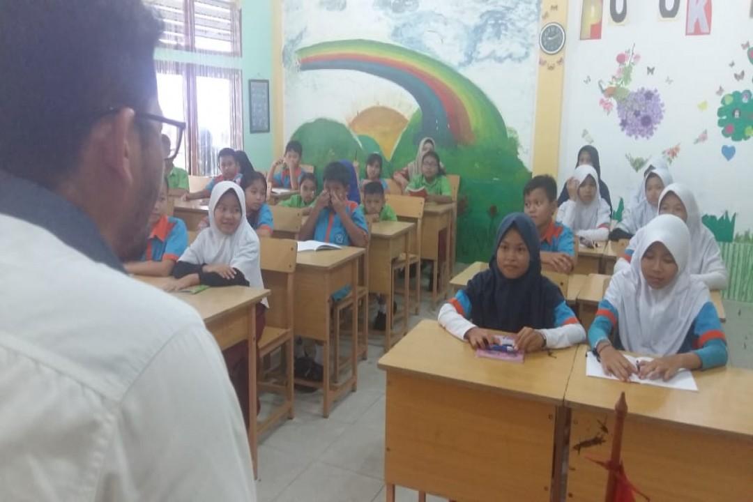 Sebanyak 30 siswa SDN 37 Pangkalpinang mengikuti pelatihan jurnalistik dasar, di ruang Kelas II SDN 37 Pangkalpinang, Kamis (13/2/2020). (Foto: @hada/babelreview)